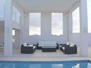Gorgeous Modern Designer Villa,sunset & Malmok coastline view SPECIAL OFFER!, Malmok Beach
