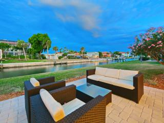 Waterfront 4 BR Home with Private Dock and Screened Pool. Walk to Beach!, Longboat Key