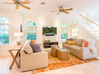 Gorgeous, relaxing, and newly decorated 4 bedroom home with private dock