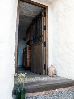 La entrada. Con las puertas tradicionales en la zona, hechas artesanalmente.