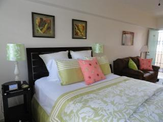 2 Blocks from Beach, Affordable Comfort, Honolulu
