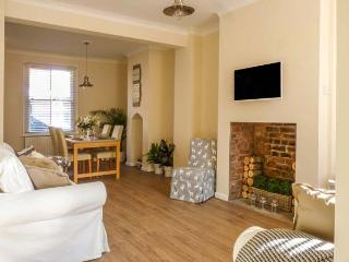 CESTRIAN COTTAGE, mid-terrace, city centre location, WiFi, in Chester, Ref 93045