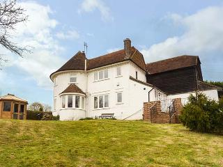 HOP HOUSE, woodburning stove, wet room, WiFi, off road parking, summerhouse, in Three Oaks, Hastings Ref 935242