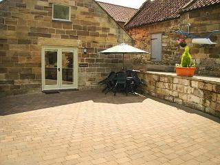 MULGRAVE COTTAGE, semi-detached, WiFi, enclosed patio, open plan, in Staithes, Ref 919000