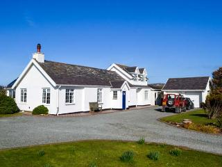 GARDD LLYWARCH, detached, two woodburners, enclosed garden, firepit, WiFi, nr Trearddur Bay, Ref 932590