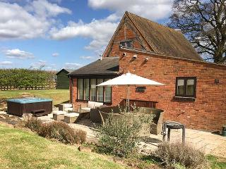 BRICKYARD BARN, hot tub, pet-friendly, WiFi, Leamington Spa, Ref 933667
