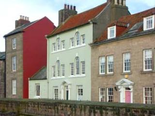 THOMAS SWORD GOOD HOUSE, character cottage,open fire, courtyard, in Berwick-upon-Tweed, Ref 935549