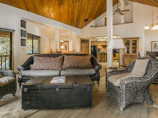 Cozy mountain retreat w/ gorgeous views, shared hot tub & pool, great location!, Truckee