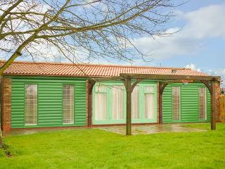 GARDEN LODGE, cosy, wooden lodge, open plan, parking, pet-friendly, 2 miles to b