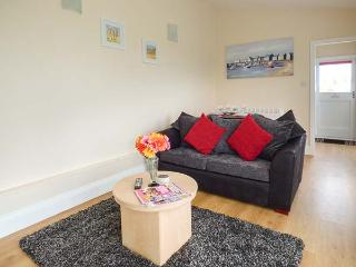 GARDEN LODGE, cosy, wooden lodge, open plan, parking, pet-friendly, 2 miles to