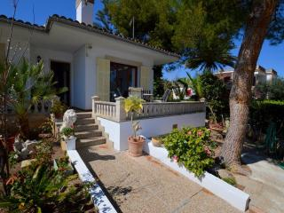 VILLA WITH GARDEN 150 M BEACH