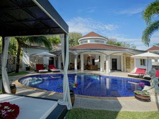 Luxurious Villa Lotus with private pool and maid, Nai Yang