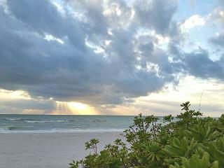 Holmes Beach Side Vacation Rental Cottage Walk to Beach, Shopping, and More!, Bradenton Beach