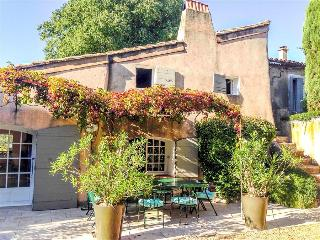 Le Mas du Four - Cheerfully Bright Provencal Villa with Pool, Terrace and Flower Garden, Sleeps 12, Eygalieres