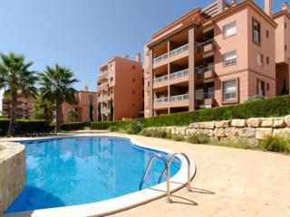 Deluxe apartment 400m to Beach, WIFI and pool
