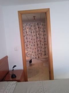 acceso del dormitorio principal al baño