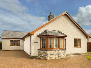 TREMYFRON, bungalow, conversatory, garden, town amenities, near lake, in Bala