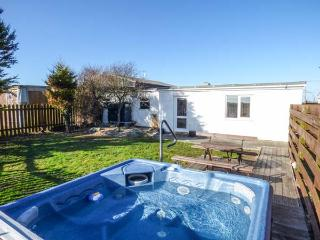 CEFN FARM COTTAGE, detached cottage, all ground floor, hot tub, in Caergeiliog,