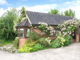 HAYMAKERS COTTAGE, detached, open plan studio accommodation, romantic retreat, countryside views, Minsterley, Ref 22521