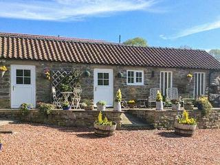 NORAH'S NOOK, WiFi, dog-friendly, rural views, cosy romantic cottage near Kirkbymoorside, Ref. 911836