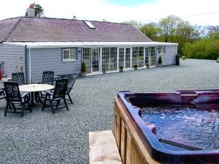 THE KEEPERS LODGE, detached stone cottage, woodburner, hot tub, family accommodation, near Morfa Nefyn, Ref 917973