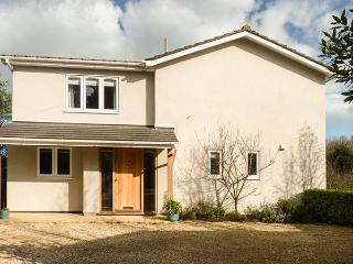 CLOVER COTTAGE, luxury detached cottage, woodburner, designer kitchen, dog-friendly, beach nearby, Beesands, Ref 921732
