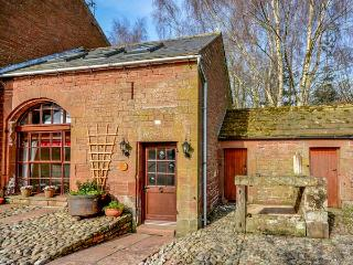 THE COACH HOUSE, cosy, romantic retreat, WiFi, pet-friendly, outdoor woodburner, in Kirkoswald, Ref 924795