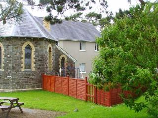 LLYGAD Y DYFFRYN LOWER, enclosed shared garden, ground floor apartment, WiFi, nr Llandysul, Ref 926896
