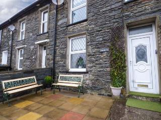 7  DOLYDD TERRACE, mid-terrace, open fire, close to walks, cycle tracks, WiFi and lake, in Tanygrisiau Ref 929265