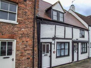 TUDOR ROSE COTTAGE, character, well-furnished, en-suite, WiFi, town centre location, in Tewkesbury, Ref 929786