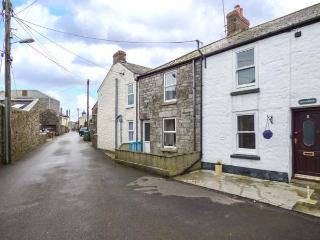 LITTLE ROCK mid-terrace, woodburner, town location, good touring, WiFi in St Just Ref 930361