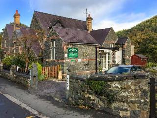 KINGFISHER APARTMENT, ground floor apartment, romantic, en-suite, woodburner, pet-friendly, in Betws-y-Coed, Ref 931669