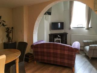KINGFISHER APARTMENT, ground floor apartment, romantic, en-suite, woodburner