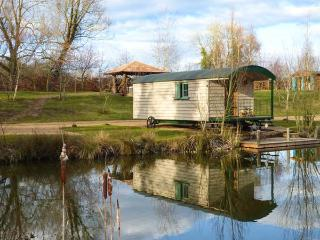 SILVER DOLLAR, cosy romantic retreat, woodburner, next to fishing lake, hot tub, Saham Toney, Ref 932001