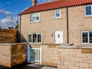RED GROUSE COTTAGE, end-terrace, stone-built, parking, garden, close to amenities, in Helmsley, Ref 933201