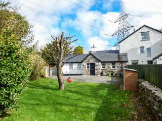 3 PLAS BRITANNIA, single-storey cottage, WiFi, enclosed garden, pet-friendly