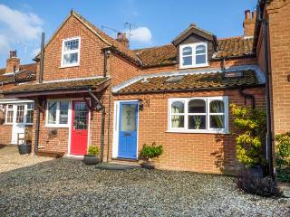 HONEYSUCKLE COTTAGE, pet-friendly, enclosed garden, ground floor bedroom, woodburner, Swaffham, Ref 934591
