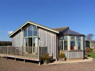 SEAFIELD LODGE, family-friendly, country holiday cottage, with a garden, Warkworth, Ref 935348