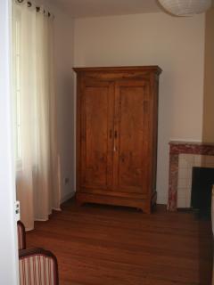 La Haye bedroom, queensize bed