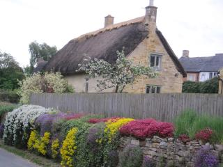Cotswold stone cottage. Alice's Loft. Cosy cottage