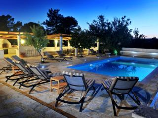 Luxury Villa with private never ending pool, Martina Franca