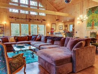 Gorgeous mountain home w/ private hot tub - skiing nearby!, Bondville