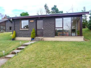 PINE LODGE, detached, WiFi, lawned garden, lovely views, close to Culbokie, Ref 933067