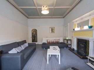 ARCHITECTURALLY BEAUTIFUL TRADITIONAL SPACIOUS  APARTMENT-VIBRANT BRUNTSFIELD, Edinburgh