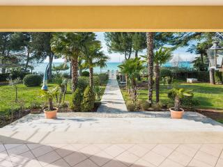 Beautiful Villa Carina, BBQ, Garden, just 2 Meters from the Sea!