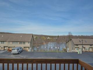 Stylish & Appealing 2 Bedroom Ski In/ Ski Out Townhome w/ Hot Tub!, McHenry