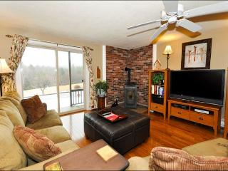 2 BR Condo 1 min to North Conway Village! Pool, Tennis, Cable, WiFi!