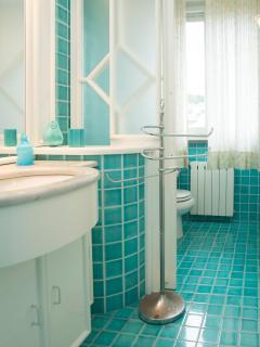 Bathroom (n.5) ensuite of Bedroom 'E'