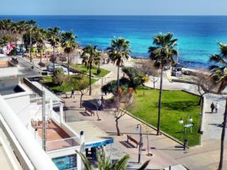 Great Apartment spacious, on sea front. balcony, overlooking sea & beach 3B, Cala Millor