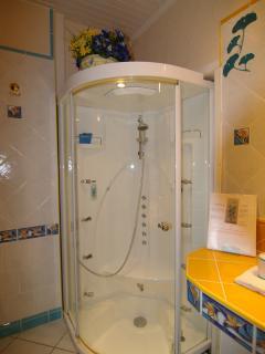 2ème salle de bain avec cabine à hydrojets et hammam